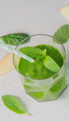 In diesem Smoothie steckt die volle Power Green-Smoothie mit Minze smoothie greensmoothie spinat Smoothie Legume, Smoothie Fruit, Green Detox Smoothie, Healthy Green Smoothies, Green Smoothie Recipes, Strawberry Smoothie, Smoothie Bowl, Mint Smoothie, Smoothie Menu