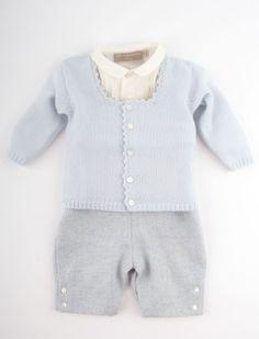 Klasse gelegenheidskleding voor baby jongen, deze stijlvolle salopette van La stupenderia, gecombineerd met een overhemd van zuiver scheerwol en een zacht gebreid wollen vestje met gehaakt boordje in delicaat licht zilverblauw.