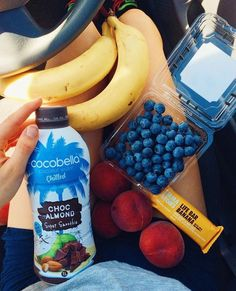 Healthy Snacks annietarasova: Running errands alllllll day This is my dinner on-the-go… Choc almond smoothie, banana bar, peaches, blueberries and bananas Think Food, Love Food, Healthy Snacks, Healthy Eating, Healthy Recipes, Fruit Recipes, Vegan Lunches, Comidas Fitness, Food Goals