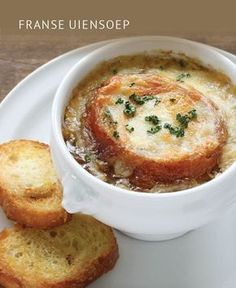 French Onion Soup: The recipe from Grandma& cookbook- Französische Zwiebelsuppe: Das Rezept aus Omas Kochbuch The French onion soup is a classic of hearty cuisine. Classic French Onion Soup, French Classic, Onion Soup Recipes, French Food, Caramelized Onions, Soups And Stews, Gourmet Recipes, Beef Recipes, Chicken Recipes