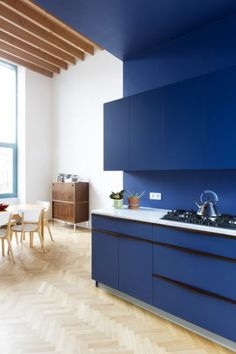 Really good choices to experiment with Design Bleu, Küchen Design, Kitchen Dining, Kitchen Cabinets, Kitchen Shelves, Espace Design, Inspiration Design, Cuisines Design, Kitchen Colors