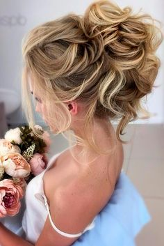 Here are 9 gorgeous prom hairstyles to perfect your prom look! Looking for a funky or classy style to match your gown and turn heads?