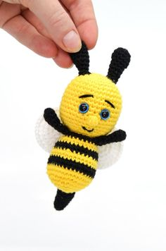 """Free crochet pattern on crochet little bee. Can be used for a crocheted song suitcase for the song """"Sure, Sure, Sure, Little Bee, Around"""". Crocheted little bee Lene Hedegaard lenehedegaard Hækle Free crochet pattern on crochet little bee. Scrap Crochet, Crochet Bee, Crochet Birds, Crochet Teddy, Crochet Animals, Crochet Toys, Free Crochet, Baby Knitting Patterns, Crochet Patterns"""