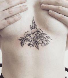 tatuaje flor pecho