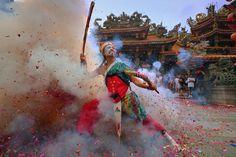 廟會陣頭裡 威猛的家將總是最吸引民眾的圍觀 猛烈的炮竹引燃 更顯神降的無懼 by samu