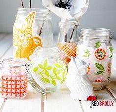 Confira seguir como decorar potes de vidro com tecido passo a passo, para redecorar os cantinhos de sua casa. Vai virar uma peça linda!
