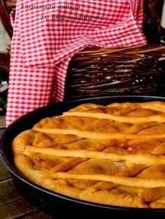 INGREDIENTES: Para la masa: 530 g de harina 25 g de levadura fresca de panadería 50 ml de vino blanco 1 cucharadita de sal 1 huevo Para el relleno: 200 g de filetes de lomo de cerdo 2 cebollas 2 pimientos rojos asados 150 g de jamón serrano (yo use una...