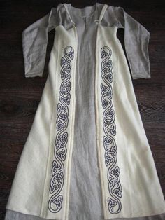 An idea for a remade Medieval dress. Costume Viking, Viking Dress, Viking Garb, Viking Reenactment, Medieval Costume, Medieval Dress, Celtic Clothing, Medieval Clothing, Historical Costume