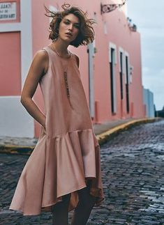Sewing inspiration - dress - Irresistible cuts and fabrics make a comeback in the form of spring dresses. Look Fashion, Womens Fashion, Fashion Design, Fashion Trends, Fashion Night, Fashion 2017, Street Fashion, Korean Fashion, Spring Fashion