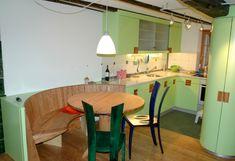 Grün ist die Farbe der Natur und steht damit wie keine andere für Vitalität, Lebendigkeit und Energie.  Wer die Natur ins Haus holen möchte, setzt dementsprechend die richtigen Akzente.  Einen energiegeladenen  Start in die neue Arbeitswoche wünscht das Team der Schreinerei Lohrer.  #schreinereilohrer #küchen #innenausbau #swissmade #küchenbauer #kücheneinrichtungen #handwerk #design #massivholzmöbel #kitchendesign #wood #carpenter #woodworker Dining Table, Furniture, Design, Home Decor, Wood Workshop, New Furniture, Restore, Craft Work, Nature