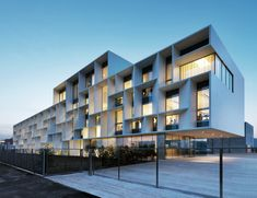 Bentini Headquarters / Piuarch Architecture Piuarch Architecture, cabinet italien basé à Milan, a réalisé cet ensemble de bureaux de 6500 m2 dans la ville de Faenza, Italie.
