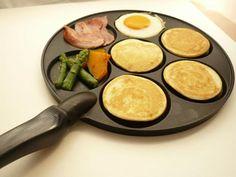 コストコ通はみんな持っていると言われているほど大人気の「パンケーキパン」って知っていますか?ミニサイズのパンケーキを焼くことができるフライパンで、朝食にも大活躍するアイテムなんです。 出典:http://tofo.me/p このパンケーキパンを使うと…… 出典:http://tofo.me/p とってもかわいいパンケーキを焼くことができるんです!フライパンに型がついているので、子どもも喜ぶモンスターパンケーキに♪ ニコちゃんパンケーキも 出典:http://tofo.me/p/ コストコのパンケーキパンはデザインの種類も豊富のようです。1番人気はこちらのニコちゃんデザイン。店舗によっては売り切れているところもあるようで、なかなか手に入らない!との声も。見つけたら、ぜひゲットしたいアイテムです。 【商品概要】 名称:ノルディックウェア パンケーキパン(スマイリーフェイス) 価格:1,698円 サイズ:(約)直径27.0cm×厚さ1.5cm 型サイズ:(約)直径8.5cm×厚さ1.0cm 出典:http://tofo.me/p…