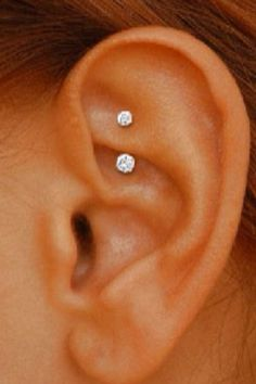 Pick your favorite type and get that ear piercing done. Opt for different ear piercing combination. You are bound to look drop dead gorgeous and charming. Piercing Tattoo, Piercing Rook, I Tattoo, Daith Piercing Jewelry, Double Piercing, Daith Earrings, Double Helix, Piercings Bonitos, Types Of Ear Piercings