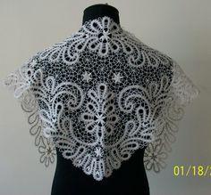 Косынка белая выполнена из льна с лавсаном и кремовым ирисом. Длина- 128 см, ширина- 46 см.