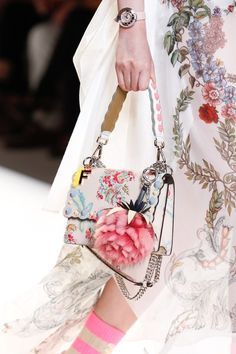 Fashion handbags 2017 Fendi Spring 2017 Ready-to-Wear Collection Photos - Vogue Fast Fashion, Look Fashion, Fashion Bags, Womens Fashion, Fashion Trends, Milan Fashion, Fashion 2017, High Fashion, Fashion Handbags