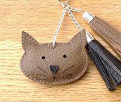 bijoux de sac pompon et chat en cuir marron taupe : Autres bijoux par zoukaribou