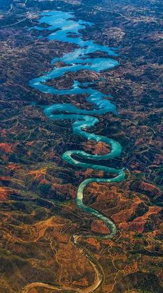 Note gradiation in terms of colour and thread of the river, serpentine curve