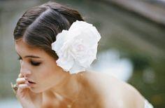 Retro Frisur mit Blume Stil 20er