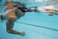 No Problem—Just Add Water to Your Next time you have achy knees, don't skip your workout. Instead, head to the pool and get the same cardio benefits as you would on land. Indoor Swimming Pools, Swimming Pool Designs, Man Swimming, Running Workouts, Fun Workouts, Water Workouts, Calories Burned Swimming, Female Swimmers, Crawl