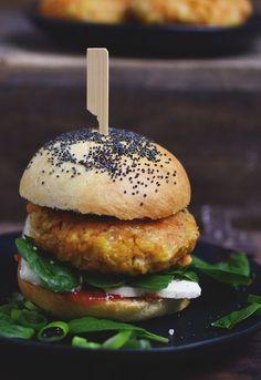 Orientalischer, vegetarischer Linsenburger. Leicht gemacht und schnell im Ofen gebacken. Jetzt ausprobieren und auch vegetarische Burger schlemmen.