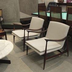 Par de poltronas em jacarandá, originais de época, Brasil, recém-chegadas à loja. | Recently received original vintage Brazilian jacaranda armchairs, Brazil.
