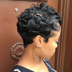 Love the texture on this pixie✂️ Waves and curls ➰ #brooklynhairstylist @sorayahstyles #shorthair #haircut ========================== Go to VoiceOfHair.com ========================= Find hairstyles and hair tips! =========================