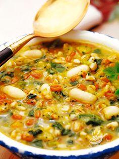 Il Minestrone di farro fagioli e verdure è un piatto completo e saporito, una pietanza adatta a tutta la famiglia e a chi ama mangiare in modo sano.