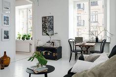 Midt i et af Göteborgs mest interessante kvartere ligger der en oase med hvide gulve og sorte detaljer. Kig ind i en lejlighed der byder på rummelighed blandet med interessante strejf af romantik og retro.