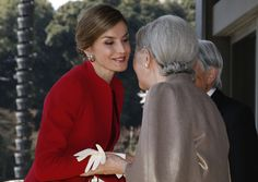 Spain's Queen Letizia (L) is welcomed by Japan's Empress Michiko upon her arrival for a welcoming ceremony at the Imperial Palace in Tokyo on April 5, 2017..The Spanish royal couple is on a four-day state visit to Japan. / AFP PHOTO / POOL / KIM KYUNG-HOON