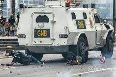Por @ipaniza -  Manifestantes arrollados por tanqueta en retroceso luego de recibir impactos con bombas molotov  #3m #Venezuela #ipaniza - #regrann  from @ipaniza -  Manifestantes arrollados por tanqueta en retroceso luego de recibir impactos con bombas molotov  #3m #Venezuela #ipaniza - #regrann