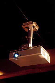 Proietta in grande: Che si tratti di un film o di una presentazione, questo videoproiettore è in grado di proiettare immagini di grandi dimensioni fino a 332 pollici. Anche la qualità non manca: grazie alla tecnologia 3LCD, infatti, le immagini sono fino a tre volte più luminose rispetto a quelle dei videoproiettori della concorrenza. Oltre a colori brillanti e nitidi, il rapporto di contrasto assicura ombreggiature ben definite Epson, Hd 1080p, Film, Grande, Tecnologia, Movie, Films, Film Stock, Film Books