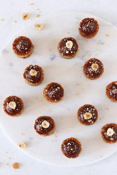 Petit fours med hasselnød og mælkechokolade – Maja Vase Food Cakes, Chocolate Cake, Tea Time, Tapas, Panna Cotta, Cake Recipes, Breakfast, Ethnic Recipes, Sweet