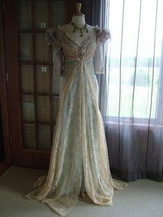 El hombro siempre había inspirado vestido nupcial. Antiguos apliques de vendimia, perlas, cordones, broches en este vestido exquisito. Observe los pliegues en las caderas de lado en este hermoso encaje chantilly crudo sobre tafetán azul de robin. Hay más de 4 capas de abalorios y capas de telas de encaje en la blusa, los cordones de la característica de mangas que tienen más de 100 años. ESTE VESTIDO NO ESTÁ TERMINADO. ES POR ELLO QUE LA ESPALDA SE VE COMO LO HACE! -Así que puede ser…