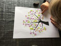 Rien de plus simple, un petit coloriage d'arbre et de petits tampons encreurs et c'est partie pour 30 minutes de tapotage du doigts.