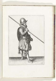 Adam van Breen | De exercitie met schild en spies: de soldaat met de spies in de veilige houding bij het marcheren (nr. 4), 1618, Adam van Breen, Anonymous, Aert Meuris, 1616 - 1618 | De exercitie met schild en spies: de soldaat met de spies in de veilige en correcte houding bij het marcheren, 1618. Onderdeel van de illustraties in: Adam van Breen, De Nassausche Wapen-Handelinge, 1618, plaat nr. 4. Krijgswezen rond 1600.