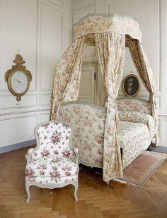 Room in the 18th century Château de Digoine in France / HauteDecoration