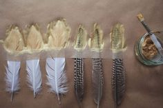 DIY Tutorial: Gold Dipped Feathers - Boho Weddings For the Boho Luxe Bridetipped feathers www. Used as a backdrop, hung up from the ceiling, or used to decorate tables, feathers are popping up everywhere. Feather Painting, Feather Art, Feather Mobile, Feather Garland, Feather Headpiece, Diy Painting, Boho Wedding, Wedding Blog, Wedding Vows