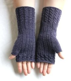 Chic in Strick: Fetching - Stulpen - Knitting Ideas Fingerless Gloves Knitted, Knit Mittens, Free Knitting, Knitting Patterns, Crochet Patterns, Crochet Ideas, Wrist Warmers, Hand Warmers, Love Crochet