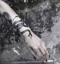 snake - Tattoo World Finger Tattoos, Leg Tattoos, Body Art Tattoos, Sleeve Tattoos, Tattos, Trendy Tattoos, Small Tattoos, Tattoos For Women, Diy Tattoo