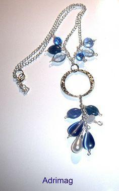 Collier avec anneau connecteur et  gouttes et perles bleues