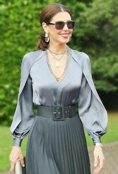 Glamorous Dresses, Elegant Dresses, Trendy Tops For Women, Blouses For Women, Blouse Outfit, Blouse And Skirt, Hijab Fashion, Fashion Dresses, Blouse Neck Designs