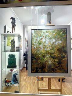 Obras en exposición en la sala de arte.
