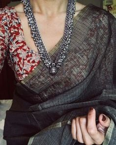 Pair your plain saree with some heavy jewelry and a multicolored/contrast blouse. Saree Blouse Patterns, Sari Blouse Designs, Saree Jewellery, Jewellery Shops, Jewellery Box, Mens Jewellery, Jewellery Quarter, Silver Jewellery Indian, Nose Jewelry