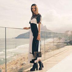 Alessandra Ambrósio de P&B e bolsa de oncinha