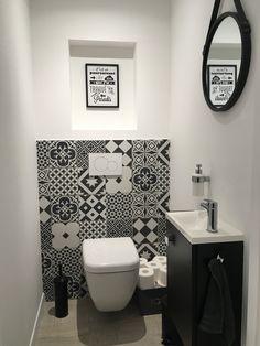 Bathroom Decor black and white Inspi_Deco on Insta - bathroomdecor Small Toilet Room, Black Bathroom Decor, Small Bathroom Decor, Bathroom Plans, Bathroom Sink Design, Bathroom Design Small, Bathroom Design, Bathroom Decor, Downstairs Toilet