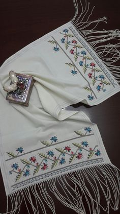 El emeği göz nuru Mini Cross Stitch, Cross Stitch Heart, Bargello, Hand Embroidery Designs, Baby Knitting Patterns, Cross Stitch Patterns, Needlework, Sewing Projects, Fabric