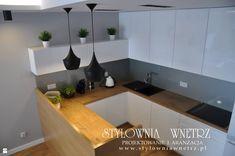 Wystrój wnętrz - Kuchnia - styl Nowoczesny. Projekty i aranżacje najlepszych designerów. Prawdziwe inspiracje dla każdego, dla kogo liczy się dobry gust i nieprzeciętne rozwiązania w nowoczesnym projektowaniu i dekorowaniu wnętrz. Obejrzyj zdjęcia! Kitchen Cabinets, Home And Garden, Table, Furniture, Home Decor, Studios, Interiors, Cooking, Stylish Kitchen