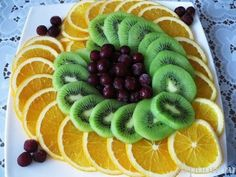 Beautiful cutting of fruit: ideas with a photo for inspiration! Fruit Slices, Deco Fruit, Christmas Salad Recipes, Fruit Skewers, Fruit Displays, Veggie Tray, Fruit Drinks, Fruit Food, Snacks Für Party