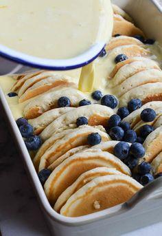 [ブルーベリーパンケーキフレンチトースト]  材料:卵6個、牛乳1と1/2カップ、生クリーム1カップ、砂糖1/2カップ、バニラ大さじ1、小麦粉1/2カップ、ブラウンシュガー1/4カップ、シナモン小さじ1/2、塩小さじ1/4、バター1/4カップ、ブルーベリー1/4カップ、メープルシロップ  作り方:①パンケーキを半分にカットし、平らな面を下にして耐熱皿に並べます。ブルーベリーをパンケーキの上に散らします。ボウルに卵、牛乳、生クリーム、砂糖、バニラを合わせパンケーキの上に注ぎます。②小麦粉、ブラウンシュガー、シナモン、塩、バターを混ぜクランブルを作り、パンケーキの上に振りかけます。③このまま一晩、最低でも2時間冷やし、350℃のオーブンで50~60分焼きます。冷まして取り分けたら粉砂糖、メープルシロップを添えます。