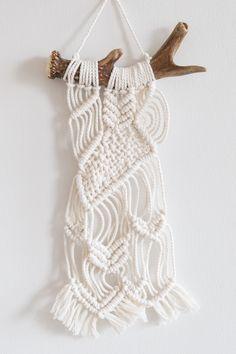 Boheemi makramee - ihastus vapaa-ajalle | Hiekkaleikkejä Modern Macrame, Decor Crafts, Diy Crafts, Textiles Techniques, Macrame Earrings, Macrame Projects, Macrame Knots, Button Crafts, Up Girl